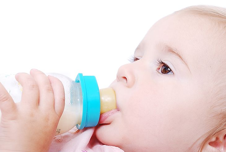 Baby-bottle-feeding